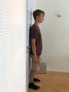 Erik vid dörren innan atlaskorrigering