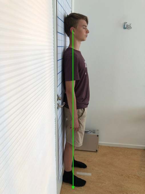 Erik mot dörren efter atlaskorrigeringen